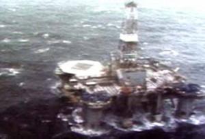 ليل الخامس عشر من فبراير شباط 1982 ووسط عاصفة هوجاء غرقت المنصة العائمة  Ocean Ranger تحت الأمواج ما تسبب بموت 84 شخصا من العاملين فيها. (CBC digital archives)