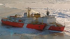 في المقدمة نرى كاسحة الجليد الكندية NGCCS. Louis St-Laurent تنضم للHealy سفينة لخفر السواحل الأميركيين (كيلي هانسن)