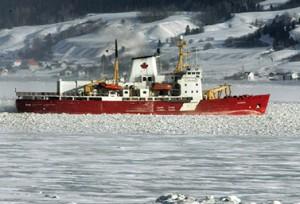 تتقدم كاسحة الجليد أموندسن في نهر ساغني في كيبك وسط دراجة حرارة تعادل ثلاثين تحت الصفر (Jacques Boissinot/Canadian Press)