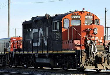 (قطار بضائع لمؤسسة كانديان ناشيونال (غراهام هوغ/الصحافة الكندية