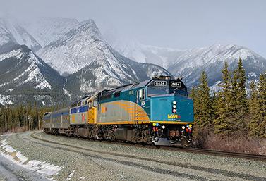نظرة حديثة لقطار ركاب يجتاز الجبال الصخرية (تيموتيه ستيفنس)