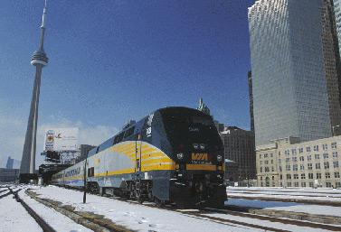 قطار تابع لمؤسسة السكك الحديدية فيا راي في محطة يونيون في تورنتو (فيا راي كندا)