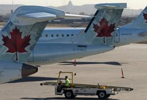 طائرات الخطوط الجوية الكندية إير كندا في مطار مونتريال الدولي, الثالث من حيث الأهمية في البلاد, ويظهر وسط مدينة مونتريال التجاري في خلفية الصورة.  (الصحافة الكندية/رايان ريميورز)