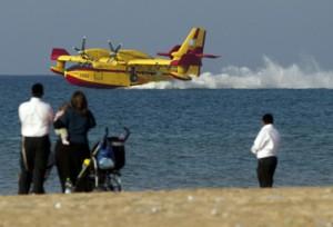 طائرة من بومباردييه تتزود بالمياه في البحر الأبيض المتوسط قرب مدينة حيفا في اسرائيل. (أ ف ب/جاك غويز