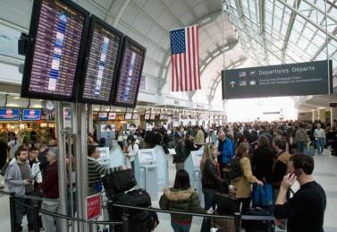 Pasajeros destino a Estados Unidos esperan para pasar por la aduana en el aeropuerto internacional del Toronto. (Frank Gunn/Canadian Press)