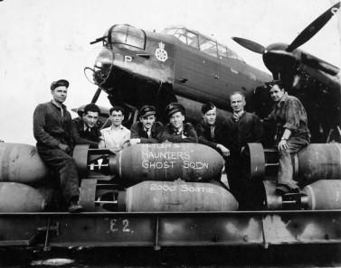 Aviadores canadienses en una foto tomada en Inglaterra, el 18 de agosto de 1944, mientras se preparaban para despegar para una misión al norte de la ciudad de Bremen, en Alemania. (Bibliothèque et Archives Canada)