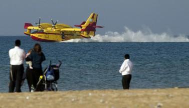 Un avión cisterna de Bombardier se reabastece de agua en el Mediterráneo, cerca de la ciudad de Haifa, en Israel. (Jack Guez/AFP)