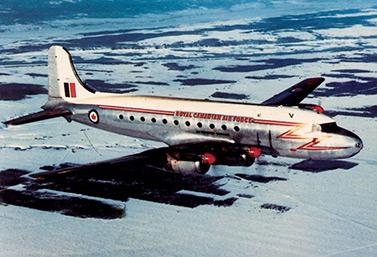 Un avión Canadair DC-4M North Star, en 1954, sobrevolando Canadá.  (Musée de l'aviation et de l'espace du Canada)