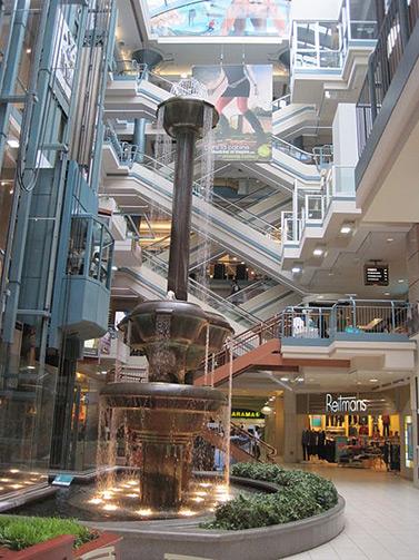El Montreal subterráneo. En primer plano, la fuente de cobre del centro comercial Montreal Trust, considerada como la fuente de interior más alta de América del Norte.