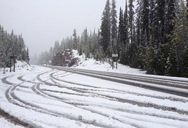Sobre esta sección de la autopista Transcanadiense, en Columbia Británica, caen en promedio 12 metros de nieve cada invierno.  (Adam Baker)