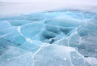 Sección de una carretera de hielo en el norte de Canadá. Los diferentes colores del hielo son índices importantes de su solidez. (Ian Mackenzie)