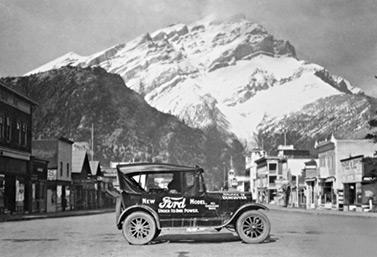 Foto tomada en 1925: vehículo Ford, modelo T, del doctor Perry Doolittle, en el centro de la ciudad de Banff, en la provincia de Alberta (Imagen – CAA)
