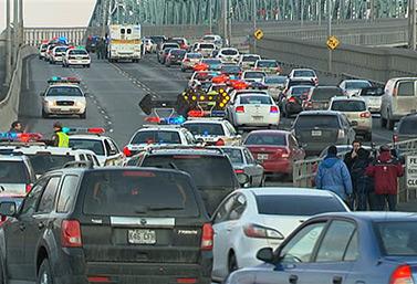Automovilistas de la región de Montreal esperan para atravesar uno de los puentes que atraviesa el río San Lorenzo (Saint-Laurent). (Radio-Canada)