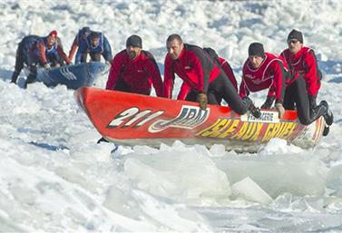 Personas que participan cada año en una carrera de canoas sobre hielo que se lleva a cabo en la ciudad de Quebec. (PC / Clement Allard)