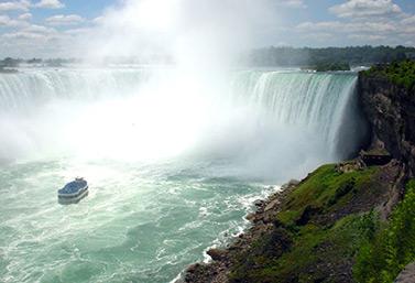 Las cataratas del Niágara como las ven los turistas desde la ciudad de Niagara Falls en el lado canadiense de la frontera. (CBC)