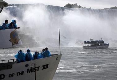 Los barcos Maid of the Mist que permiten acercarse a las cataratas del Niágara. El primero entró en servicio en 1846. (Canadian Press)