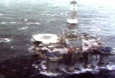 En la noche del 15 de febrero de 1982, durante una tormenta, la plataforma de perforación Ocean Ranger se hundió bajo las olas. Ochenta y cuatro hombres perecieron en la tragedia. (CBC Digital Archives)