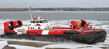 El VCA Sipu Muin es un aerodeslizador pesado y de gran potencia utilizado para eliminar el hielo de las riveras y las orillas del río San Lorenzo. Estas zonas son de difícil acceso para los rompehielos ordinarios. (Canadian Coast Guard)