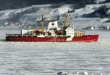 El rompehielos Amundsen se abre camino en el río Saguenay, en la provincia de Quebec, mientras el termómetro marca 30 grados centígrados bajo cero.  (Jacques Boissinot / Canadian Press)