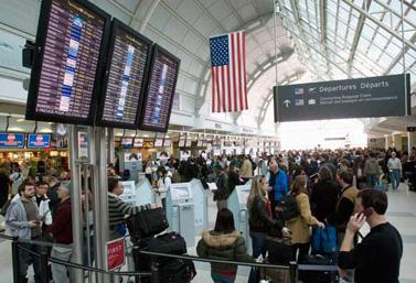 Des passagers en partance pour les États-Unis attendent de passer à la douane à l'aéroport international de Toronto. (Frank Gunn/Canadian Press)