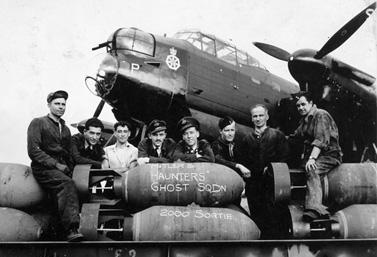 Des aviateurs canadiens sur une photo prise en Angleterre le 18 août 1944. Ils s'apprêtaient à décoller pour une mission au-dessus de la ville de Brême, en Allemagne. (Bibliothèque et Archives Canada)