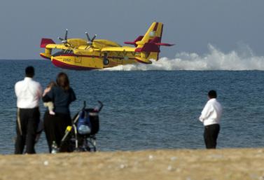 Un avion-citerne de Bombardier se réapprovisionne en eau dans la Méditerranée près de la ville de Haïfa, en Israël. (Jack Guez/AFP)