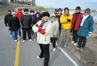 Malgré l'hiver, les Canadiens ont fait de la marche leur activité physique préférée. Ici, un groupe de citoyens de la ville de Windsor, en Ontario, a organisé une journée officielle de la marche. À l'arrière-plan, à droite, on aperçoit la ville américaine de Détroit. (CBC News)