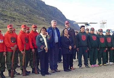 Le premier ministre canadien Stephen Harper lors d'une visite dans le territoire nordique du Nunavut, en août 2009. Il est entouré de quelques ministres et de plusieurs Rangers inuits. (Joanna Awa/CBC)