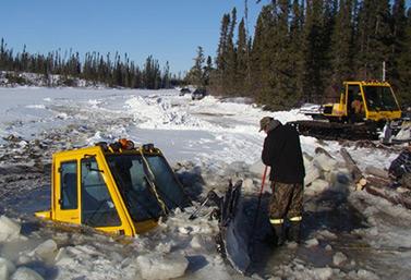 Un tracteur spécialisé dans le déneigement des routes de glace s'est retrouvé en travers de la chaussée dans le nord de l'Ontario, au mois de janvier 2013. Les deux hommes qui étaient à bord s'en sont tirés de justesse. (Kitchenuhmaykoosib Inninuwug)