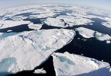Les eaux glacées de l'Arctique dans la baie de Baffin, à la mi-juillet 2008. Photo prise depuis le pont du brise-glace canadien NGCC Louis S. Saint-Laurent. (Jonathan Hayward/Canadian Press)