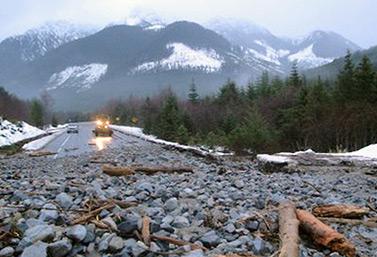 Un glissement de terrain a commandé la fermeture de l'autoroute 19 à 40 km au nord du Sayward River Bridge, dans l'île de Vancouver. (DriveBC)