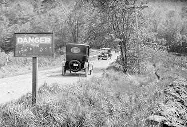 Panneau signalant un danger au bord d'une route, à Winona, en Ontario, le 21 mai 1922 (Bibliothèque et Archives Canada)