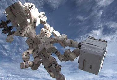 Dextre, la main canadienne photographiée près de la Station spatiale internationale en janvier 2013 (Canadian Press/NASA handout)