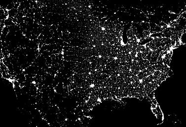 Image satellite de l'Amérique du Nord. On voit clairement Montréal et Toronto, dans l'est du Canada, qui sont parmi les villes les plus brillantes du continent. (NASA)