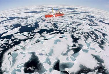 Le brise-glace canadien NGCC Louis S. St-Laurent, lors d'une mission dans la baie de Baffin à l'été 2008 (PC/Jonathan Hayward)