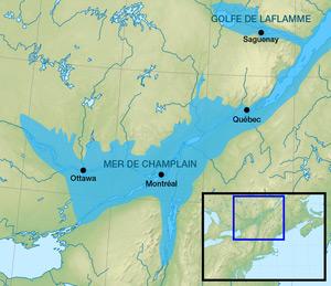 Approximation de la situation de la mer de Champlain, vaste étendue d'eau salée aujourd'hui disparue qui couvrait, peu après la dernière glaciation, les basses-terres du Saint-Laurent. (Wikipédia)