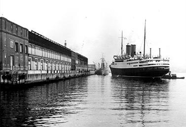 De 1928 à 1971, le quai 21 revêtait une importance particulière à titre de porte d'entrée des immigrants. (Bibliothèque d'Ottawa)
