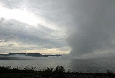Un écran de brume se lève sur le lac Supérieur, un des cinq Grands Lacs canadiens. (Canadian Press)