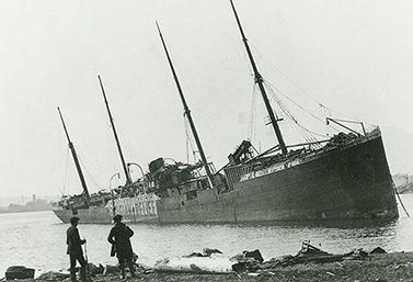 Img-140 Le navire norvégien Imo s'est échoué sur la rive après l'explosion de 1917. C'est lui qui est entré en collision avec le Mont Blanc. (Nova Scotia Archives & Record Management/Canadian Press)