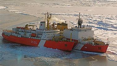 À l'avant-plan, le brise-glace canadien NGCC S. Louis St-Laurent rejoint le Healy, un navire des garde-côtes américains. (Kelly Hansen)
