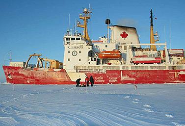 Le brise-glace canadien Amundsen, au cours d'une expédition dans l'Arctique à l'été 2008 (Emily Chung/CBC)