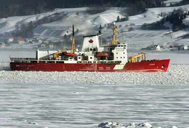 Le brise-glace Amundsen se fraie un passage dans la rivière Saguenay, au Québec, à une température de -30 oC. (Jacques Boissinot/Canadian Press)