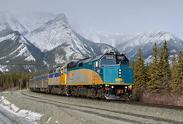 Vue moderne d'un train de passagers qui traverse les Rocheuses canadiennes. (Timothy Stevens)