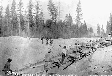 En 1884, des travailleurs chinois s'affairent, dans les montagnes, à la construction du chemin de fer transcanadien. (Canadien Pacifique)