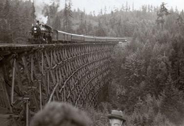 Un train à vapeur circulant au-dessus d'un pont en bois géant à la fin du XIXe siècle, en Colombie-Britannique (Bibliothèque et Archives Canada)