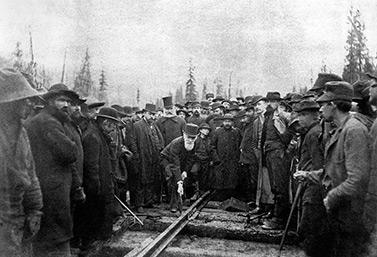 Le 7 novembre 1885 se tient dans les Rocheuses la cérémonie du clouage du dernier rail du chemin de fer transcanadien. (Bibliothèque et Archives Canada)