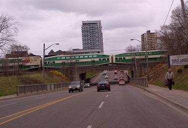 Un GO Train circule un après-midi d'avril, dans la banlieue de Toronto. (Joe Fiorino/CBC)