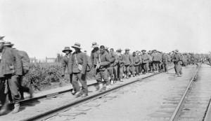 عملة صينيين خلال تنصيبهم للسكك الحديدية. حقوق الصورة: مكتبة وارشيف كندا