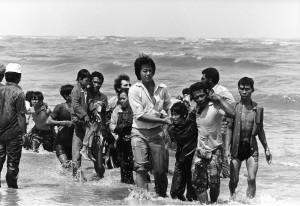 صورة أخذت في السبعينات تظهر مجموعة من اللاجئين (162 شخصا) وصلوا على متن قارب غرق على بعد عدة أمتار من أحد الشواطئ في ماليزيا