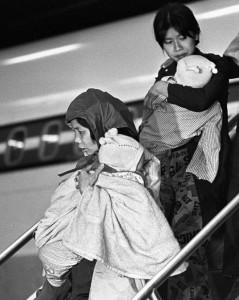 نساء فيتناميات لاجئات يحملن أولادهن خارج طائرة في مطار دورفال في 26 نوفمبر تشرين الثاني 1978   الصحافة الكندية/جون غودّار
